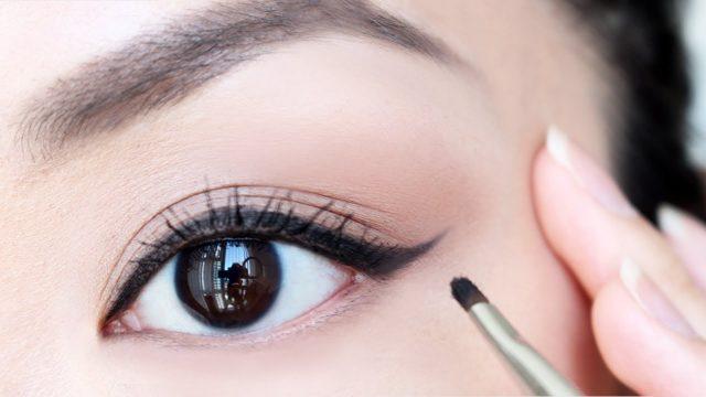 Ưu điểm và nhược điểm chi tiết của một số loại kẻ mắt đang được bày bán trên thị trường mỹ phẩm.